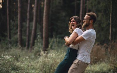 Jenny & Johannes – eine unbeschwerte Zeit bei Sonnenuntergang im Wald