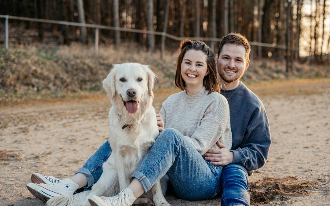 Sophie, Jan und Caya – ein emotionales Hundeshooting im Sand in der Nähe von Nürnberg